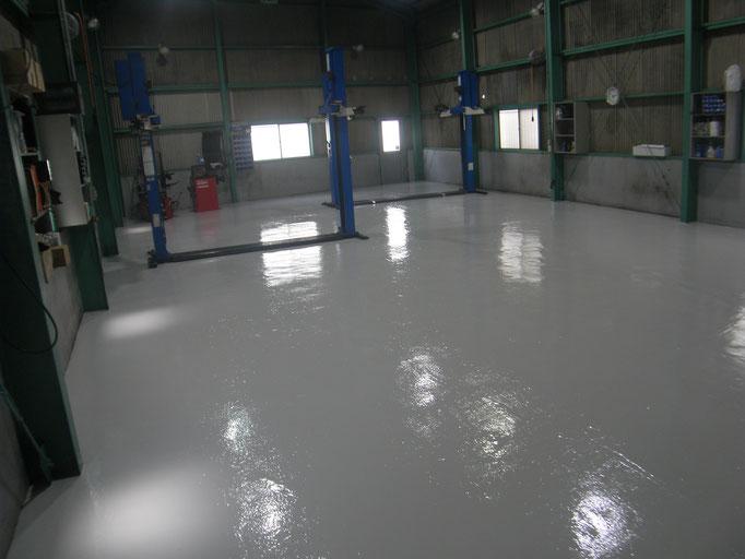 自動車整備工場塗床工事の工事写真
