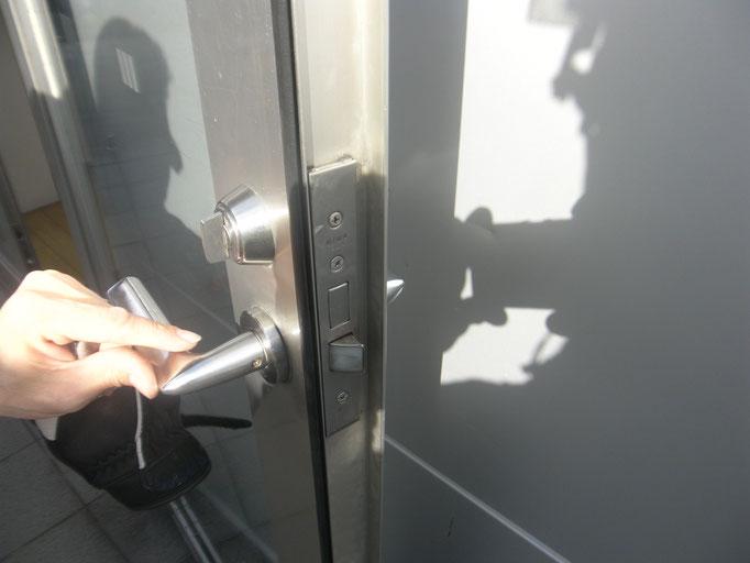 アルミ製框ドア改修工事の工事写真