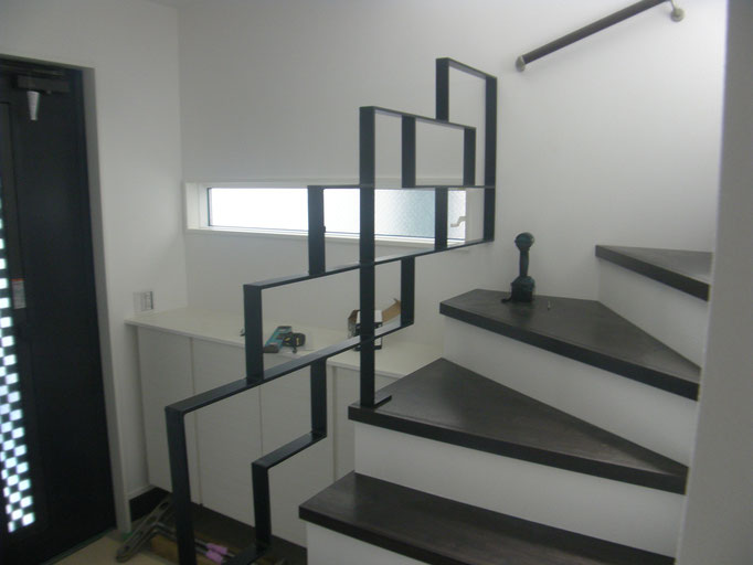 屋内階段スチール手摺の工事写真