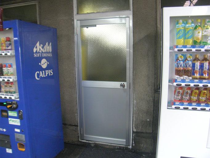 アルミ製ドア改修工事の工事写真