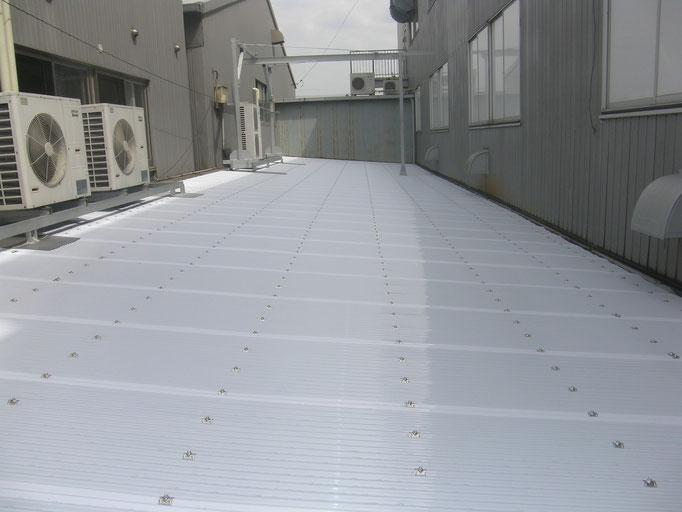 通路ポリカ屋根改修工事の工事写真