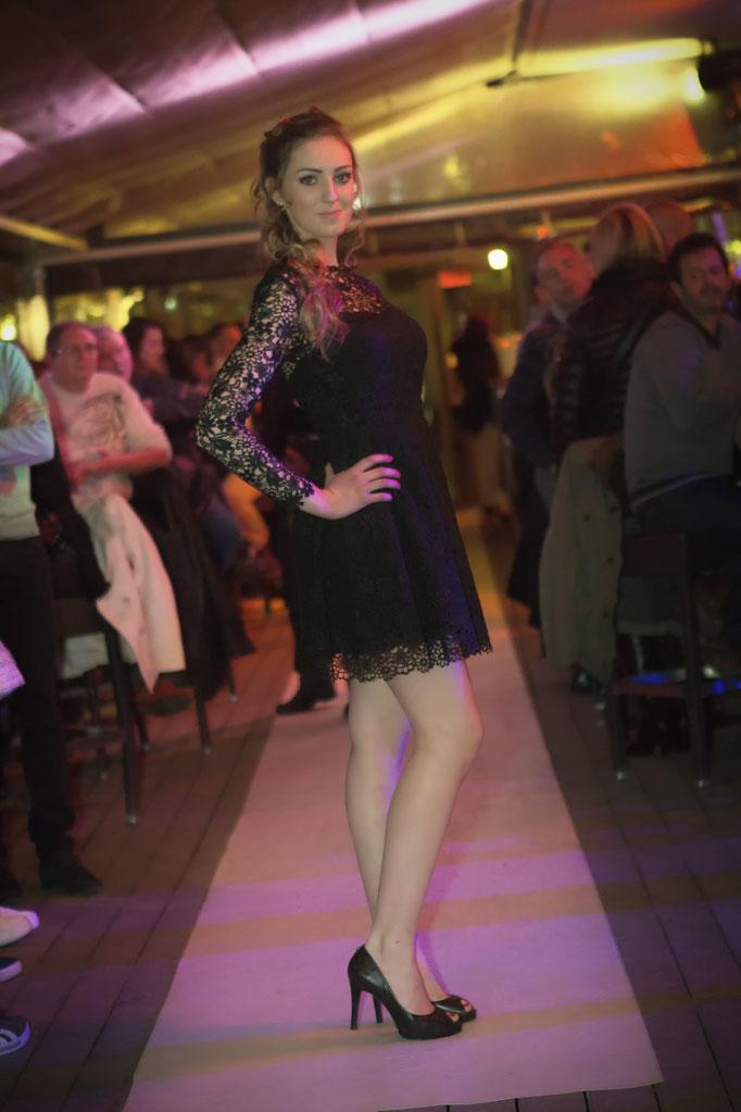 petite robe noire courte en dentelle guipure