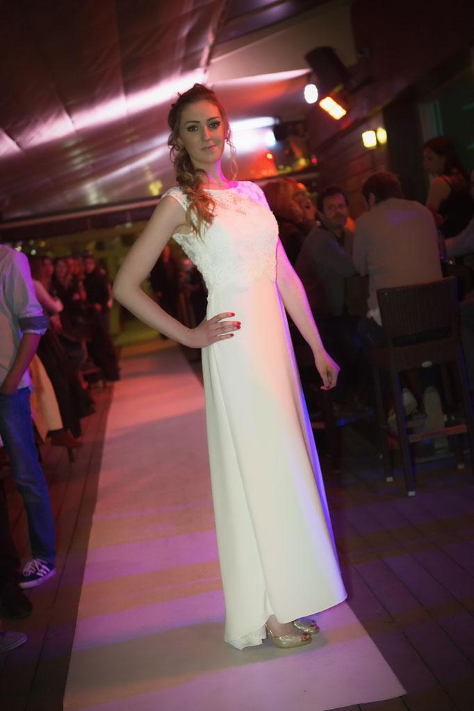 robe de mariée de créateur, dentelle dos nu et jupe en crêpe