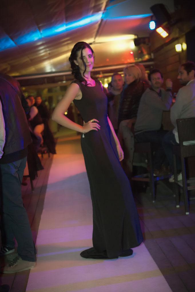 robe longue noire satin et dos en dentelle