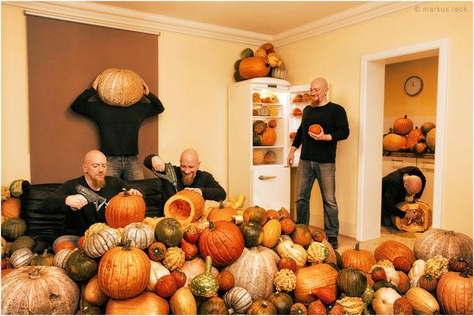 """KÜRBISsCHEN - Als ich die Jungs gebeten habe, ein """"bisschen"""" was für die diesjährige Halloween-Deko einzukaufen, ahnte ich nicht, dass sie derart übertreiben würden..."""