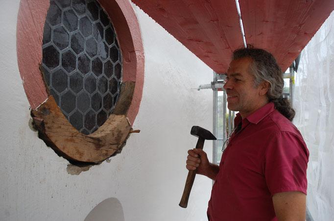 Franz-Josef Steffen bei der Reparatur des hölzeren Sims, Oktober 2017