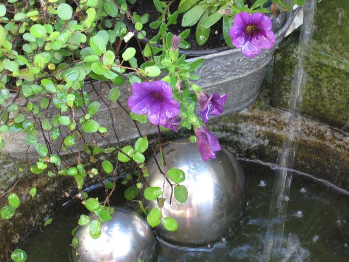 ein verspielter Quellbrunnen sorgt für Romantik