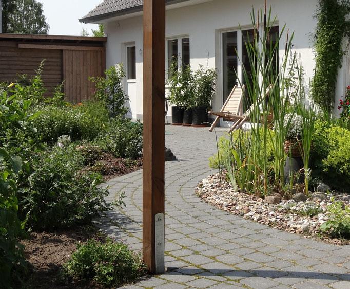 ein Garten mit Schwung - die richtige Weggestaltung macht im Garten eine Menge aus