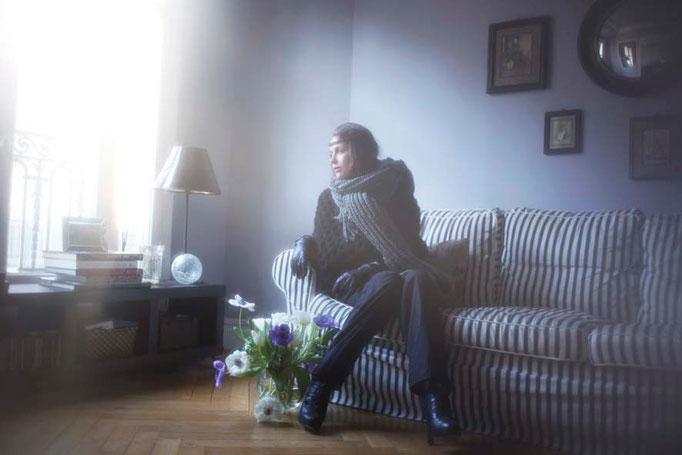 Perdita : écharpe-capuche tricotée main France, 100% laine vierge. Rosalind : cape tricotée main France, 100% laine vierge.Tamota : pantalon, 100% coton - Jeanne Berre