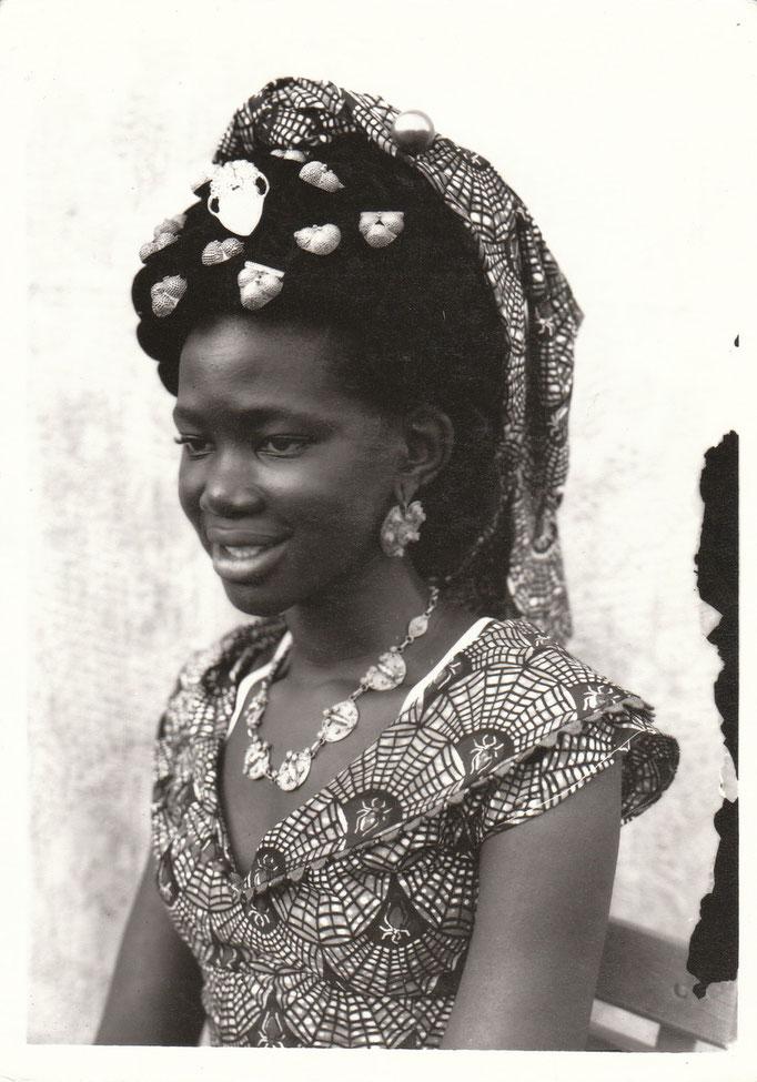 Seydou Keita - Photo 1 - 12,5 x 17,5 cm - Photo tirage argentique - Cachet du studio au dos du tirage (1998) - Prises de vues 1949 à 1951 - Signature de l'artiste - Encadrement sous verre bords métal noir mat.