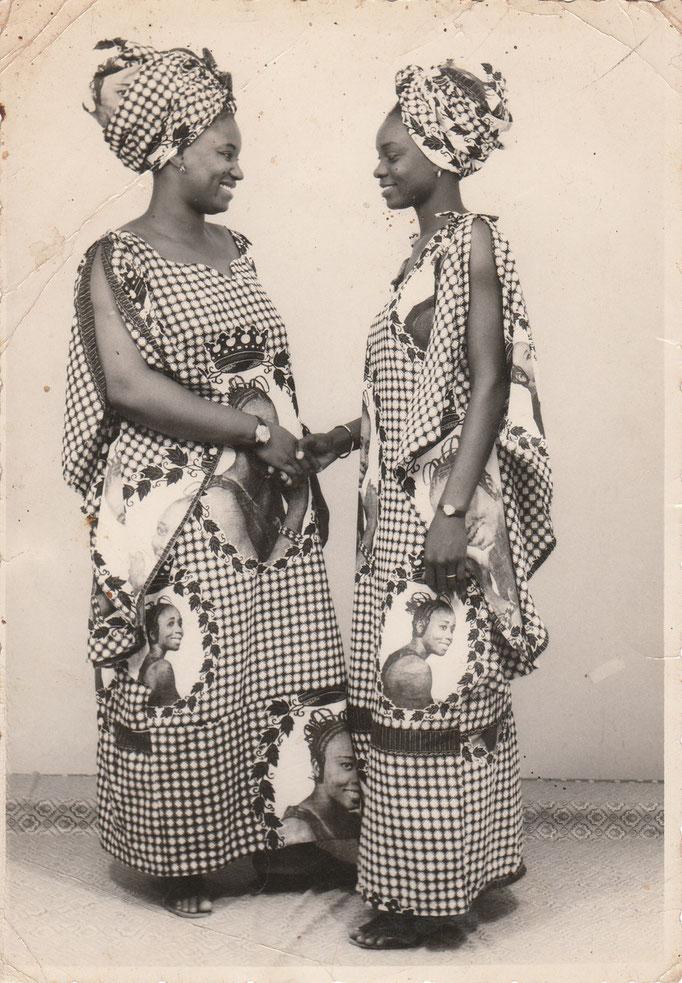 Malick Sidibe - Photo 4 - 12,5 x 17,5 cm - Photo tirage argentique - Cachet du studio au dos du tirage (années 1970) - Encadrement sous verre bords métal noir mat.