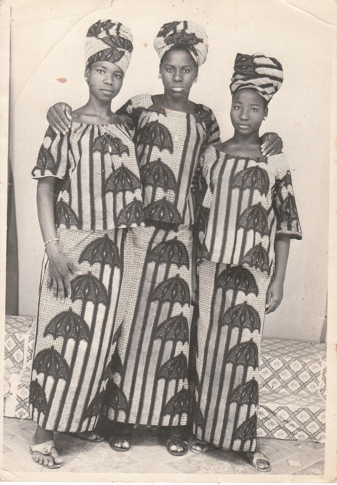 Malick Sidibe - Photo 3 - 12,5 x 17,5 cm - Photo tirage argentique - Cachet du studio au dos du tirage (années 1970) - Encadrement sous verre bords métal noir mat.