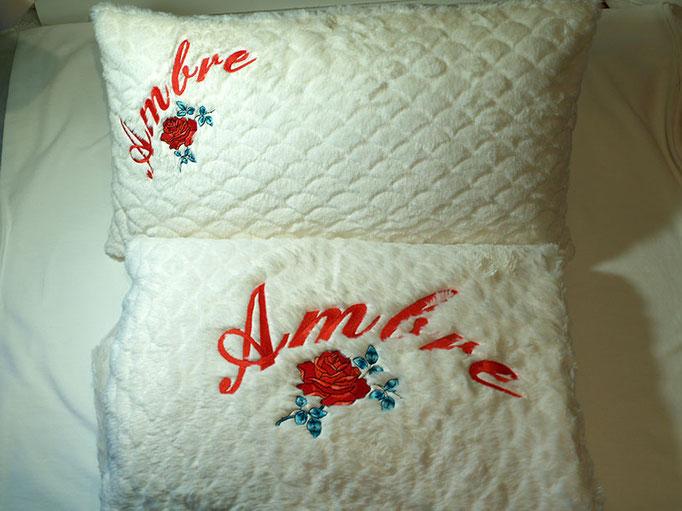 Broderie de prénom sur une parure de lit