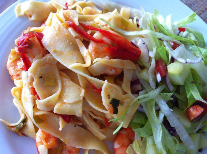 Gamba's met Linguini in tomatensaus en frisse salade