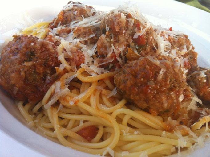 Spaghetti met gehaktballen in tomatensaus