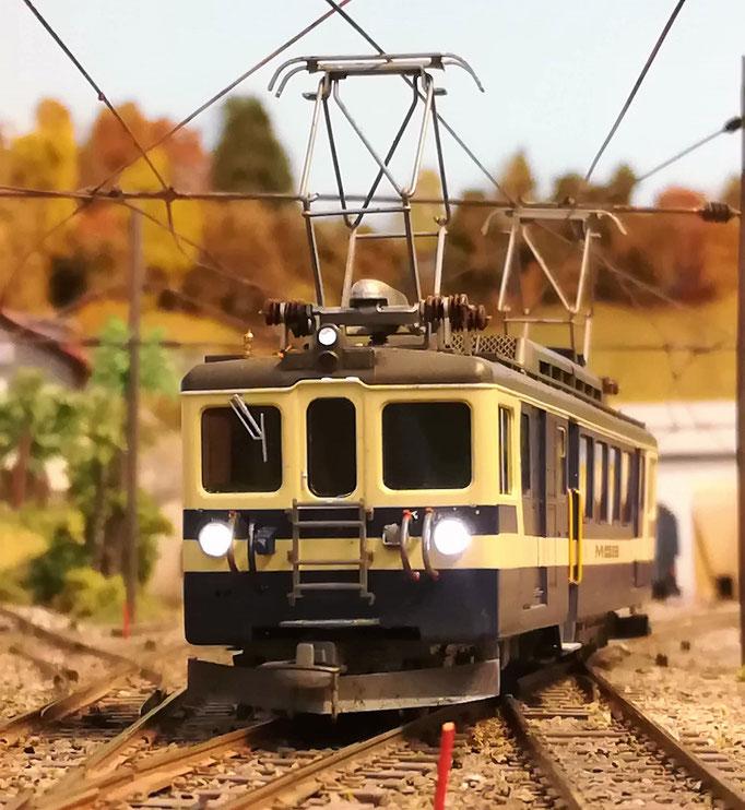 Triebwagen auf dem Weg vom Depot nach Gleis 1.