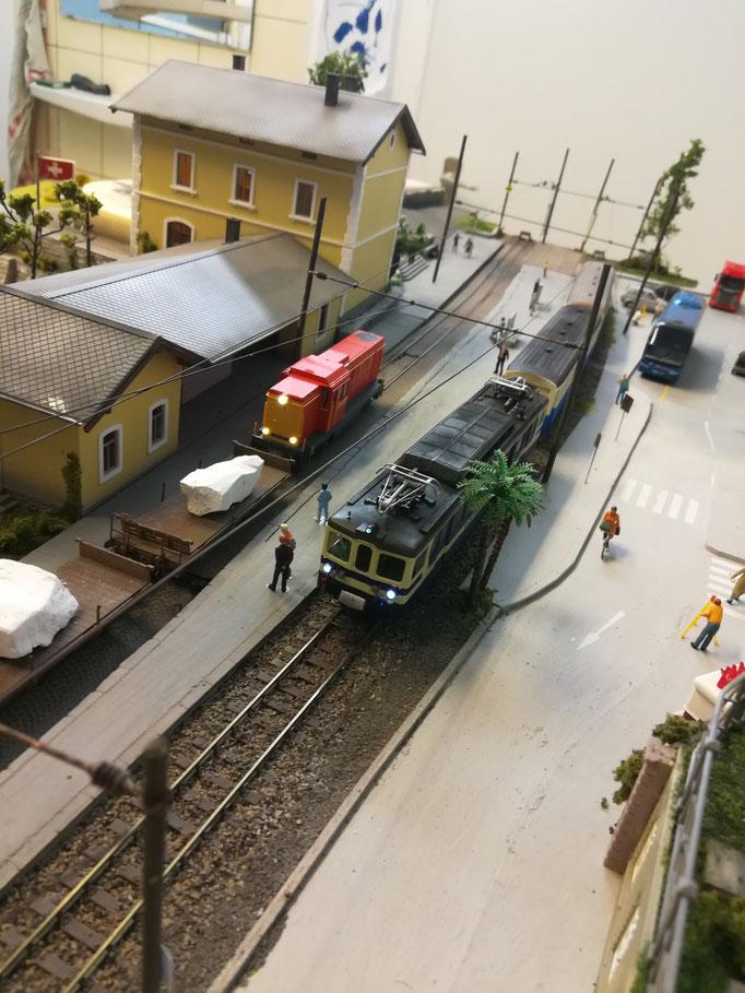 Die Rangierfahrt zum Marmorwerk wartet in Lacorno Stazione auf den Rangierauftrag.