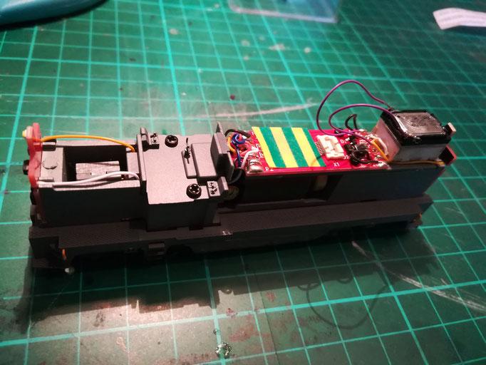 Unter dem Sounddecoder wird die Platine mit Isolierband abgedeckt, um Kurzschlüssen vorzubeugen.