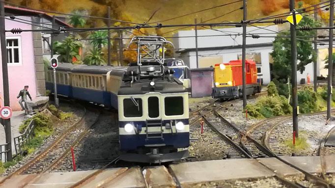 Triebwageneinfahrt auf Gleis 2. Die Faur hat sich wieder ins Depot zurückgezogen.