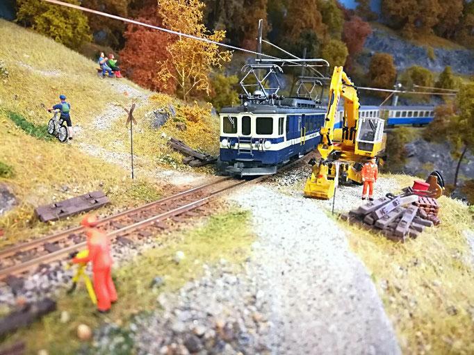 Talwärts fahrender Regionalzug.