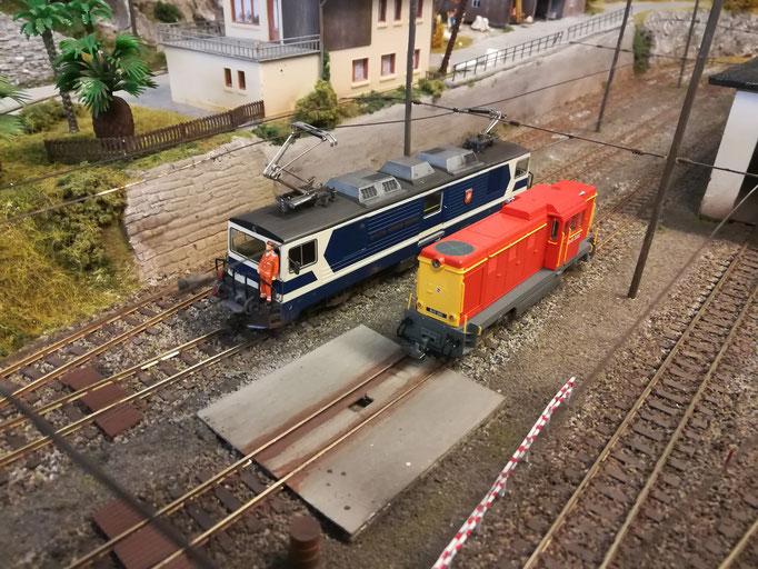 Bereits mit Bremsschläuchen und Grifftangen zugerüstet wartet die Lok in Lacorno Stazione auf Ihre Abnahmefahrt.