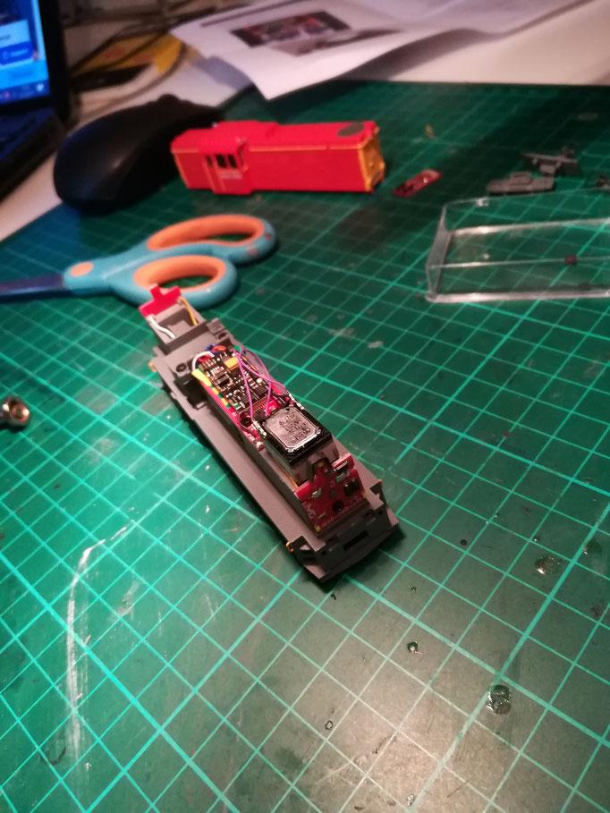 Über der Front LED muss noch eine Abdeckung aus Karton aufgeklebt werden,  damit durch den nun lüfterradlosen Vorbau kein Licht nach oben aus der Maschine dringt.