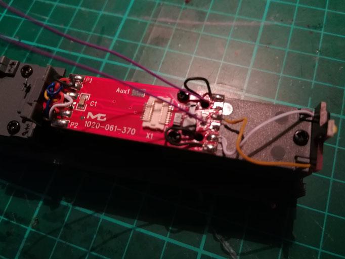 In der Anleitung ist perfekt beschrieben, wo die beiden Kabel zum Lautsprecher anzulöten sind.