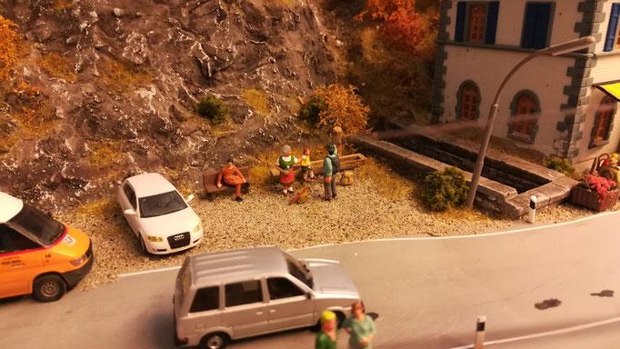 Den wandernden Großeltern sind die hohen Schweizer Preise zu hoch. Sie besuchen nicht das Grotto, sondern versorgen sich selbst mit frischem Quellwasser.