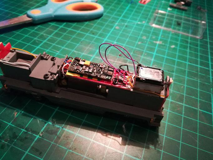 Der Sounddecoder ist eingesteckt und die Kabel mit dem Lautsprecher verlötet.