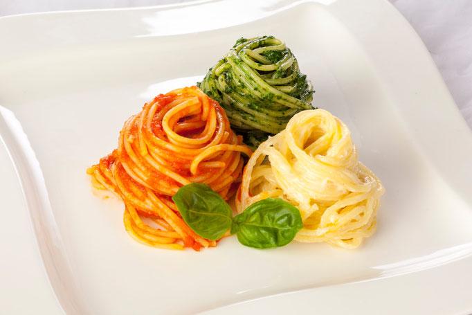 Spaghetti Tricolore - mit Parmesan Rahm, Sugo aus Harzfeuer Tomaten, Spinatmantel