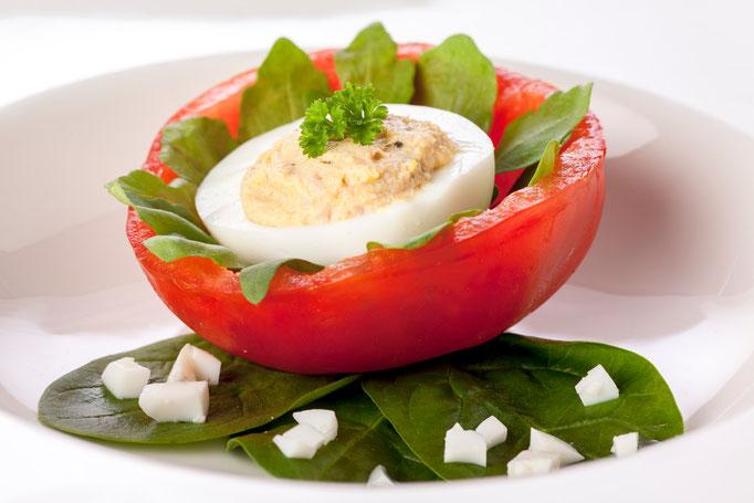 Tomatenblüte mit einer Ei-Thunfisch-Oliven Füllung