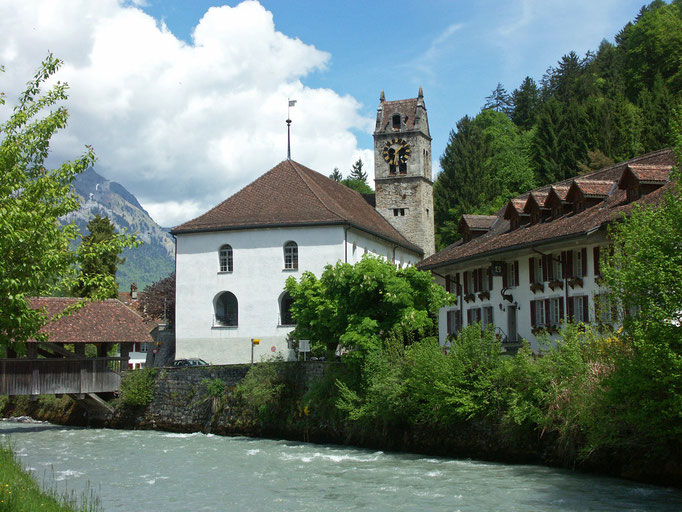 Die Kirche Gsteigwiler bei Tag.