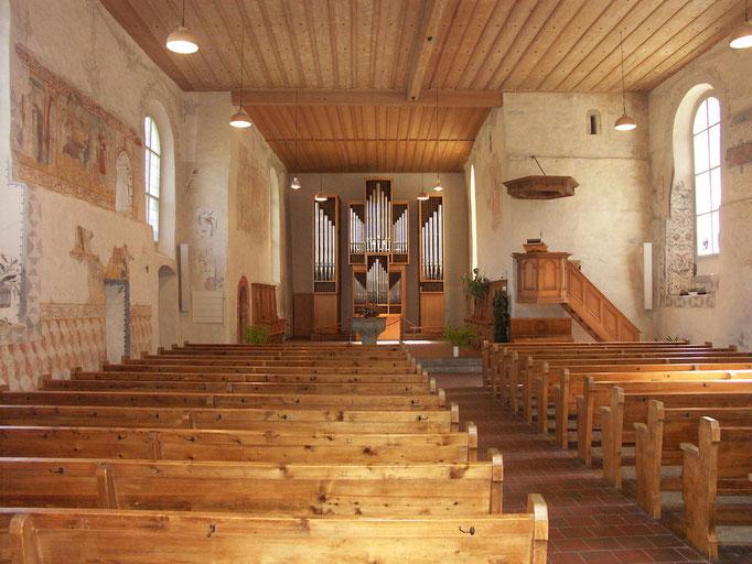Blick in die Kirche Gsteigwiler mit den alten Wandmalereien.