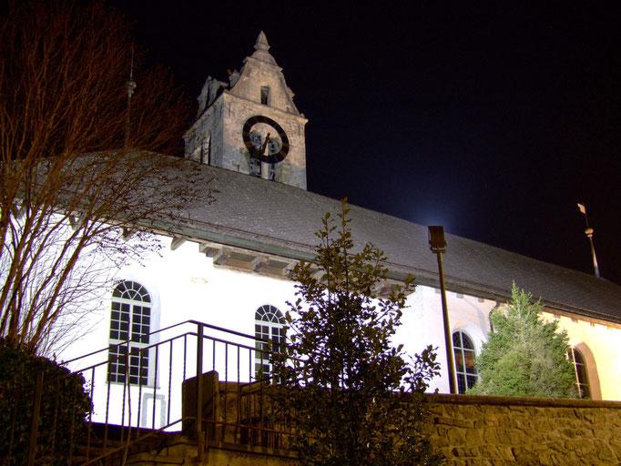 Die Kirche Gsteigwiler bei Nacht.