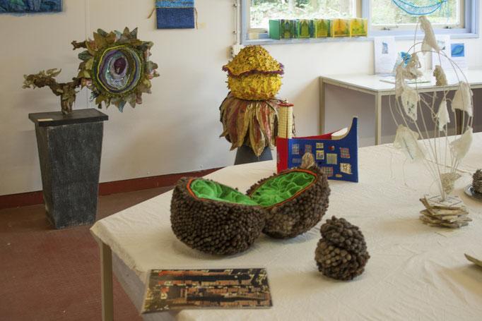 overzichtsexpositie Tien jaar textielkunst met diverse thema's DNA en  Architectuur