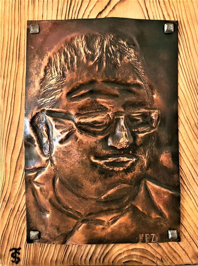 Portrait / gedengeltes Kupfer auf Holz genagelt