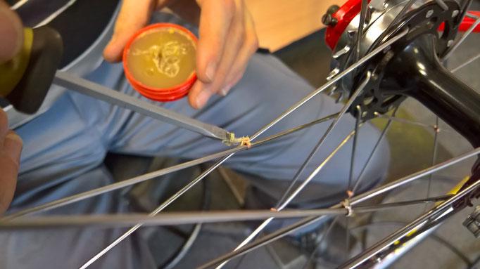 Beim Verlöten der Hinterradspeichen