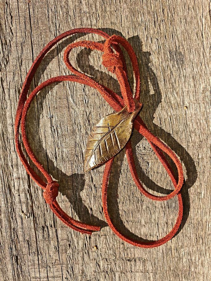 geschmiedetes Blatt aus Rotbronze / Halskette