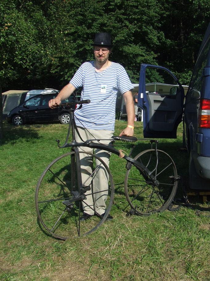 Jungschmied aus Prag Dusan Dostol mit seinem geschmiedeten 47kg Fahrrad