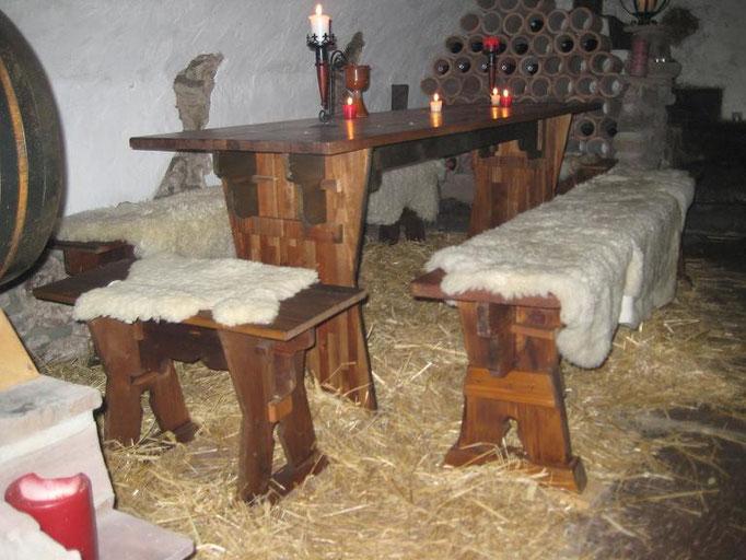Stroh unterm Tisch macht warme Füße