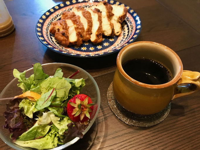 オトモダチの家で食べたあさごはん ラディーチェのパン 島採れ野菜とお隣さんからもらったイチゴ ゆっくりおとした朝の珈琲は湯町窯のカップにたっぷり淹れて…