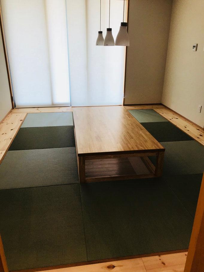 掘りごたつ式のテーブルと畳でくつろげそう♪