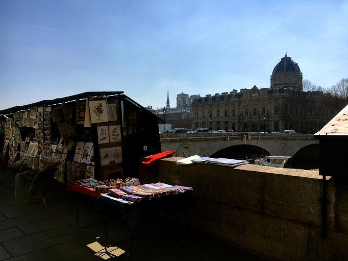 Die Bücherboxen an der Seine, Unesco Weltkulturerbe, gehören seit 350 Jahren zum Pariser Stadtbild