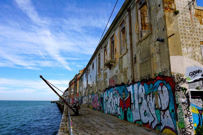 Coole Graffitis an der der Küste von Alfama.
