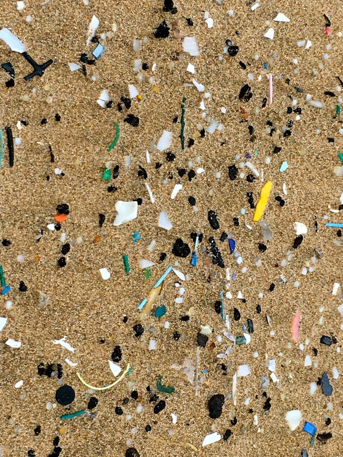 Unmengen von Mikroplastik an diesen wunderschönen Stränden