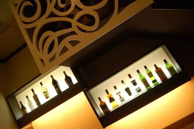 reformas de bares            Botelleros retroiluminados de fabricación propia