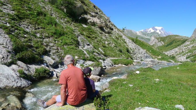Instant de contemplation au bord de la rivière