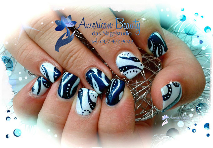 'Abstrakt Dunkel Metallic Blue' - Gel Nägel mit Handmalerei