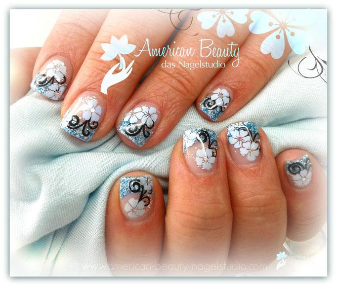 'Blaue Blüten' - Gel Nägel mit Glitzer & Airbrush Design