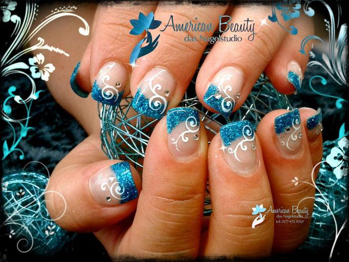 'Blau Bling!' - Gel Nägel mit Blau Glitzer & Airbrush Design